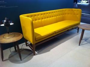 Le canapé Mayor AJ5 d'Arne Jacobsen ! C'est dans sa version moutarde que je le préfère !
