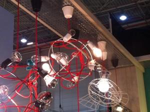 Une suspension originale constituée uniquement de fils rouges et d'ampoules !