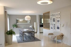 """Un séjour très lumineux entre la cuisine et le salon, dans le même camaïeu beige et taupe."""" Dans ce projet les luminaires ont été particulièrement travaillés avec les jeux d'ombre sur les plafonds."""