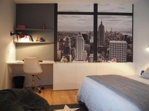 Une chambre d'ado sur le thème de New York mais sans le jaune, couleur que n'aime pas le jeune propriétaire de cette chambre !! Un mobilier sur mesure a été dessiné pour répondre aux contraintes des angles de la pièce.! Et un panoramique sur la ville de New York agrandit considérablement l'espace !