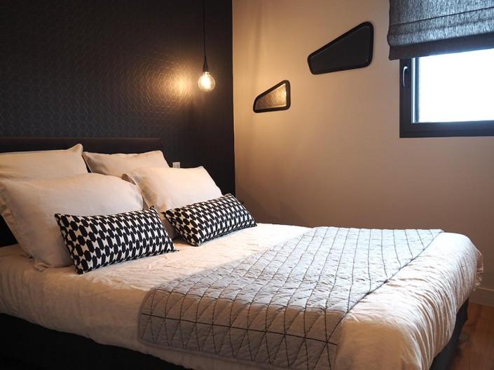 Une chambre d'amis dans un style scandinave. ! Le jeu avec les motifs géométriques est le point fort de cette chambre.