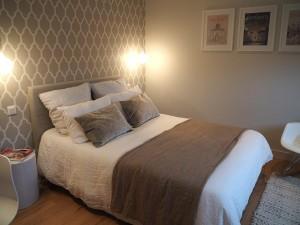 Une chambre pour une jeune fille qui souhaitait une chambre dans des couleurs très douces, très naturelles. Le papier peint géométrique vient juste dynamiser l'ensemble !