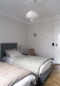 caroline-desert-decoratrice-interieur-chambre-teinte-douce-vert-amande-linge-de-lit-caravane-20