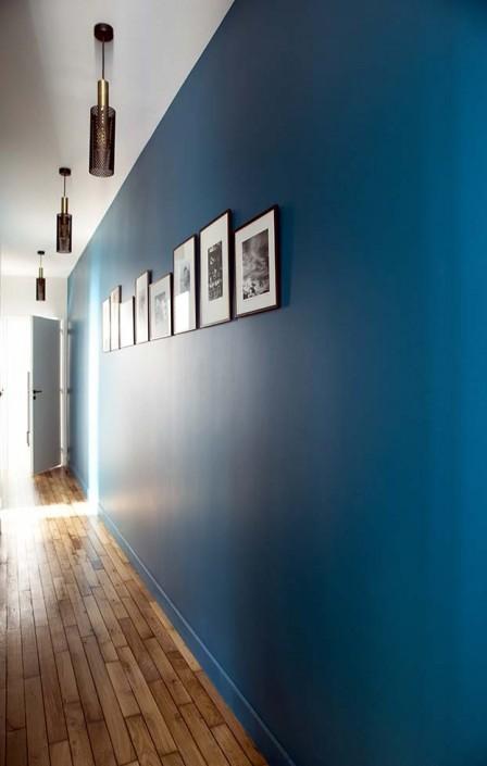 caroline-desert-decoratrice-interieur-couloir-bleu-vintage-bleu-canard-suspension-vouges-sarah-lavoine-10