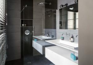 caroline-desert-decoratrice-interieur-salle-de-bain-noire-vasque-contemporaine-quartz-blanc-17