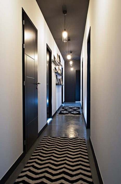Caroline-Desert-Decoratrice-interieur-Rennes-Paris-couloir-portes-noires-gahard7