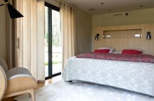 chambre contemporaine-linge caravane-tête de lit chêne