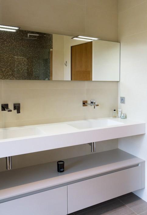 salle de bain contemopraine-meuble corian