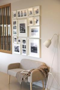 Transition entre le salon et le séjour : banquette et photos personnelles en noir et blanc en font un espace cocooning !