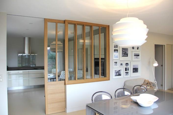 """Le châssis vitré avec sa porte coulissante en chêne massif est la pièce maîtresse de ce projet."""" Il crée un rappel de l'entrée et permet d'être flexible sur la séparation entre le séjour et la cuisine."""