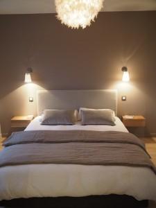 caroline-desert_chambre_linge-de-lit-maison-de-vacances_appliques-duo_chevets-tiroirs-paul