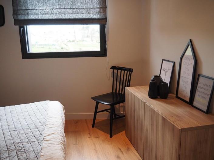 caroline-desert-decoratrice-meubla-bas-ikea-chaise-scandinave-noire