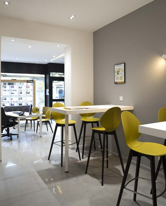 caroline-desert-decoratrice-interieur-chaise-de-bar-basil-jaune-moutarde-5