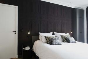 caroline-desert-decoratrice-interieur-chambre-parental-contemporaine--noir--papier-peint-elitis-chance-coussins-Elitis-11